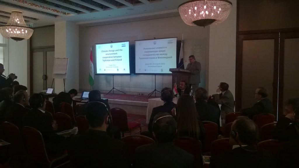 Suurlähettiläs Juhani Toivonen pitämässä seminaarin päätöspuheenvuoroa