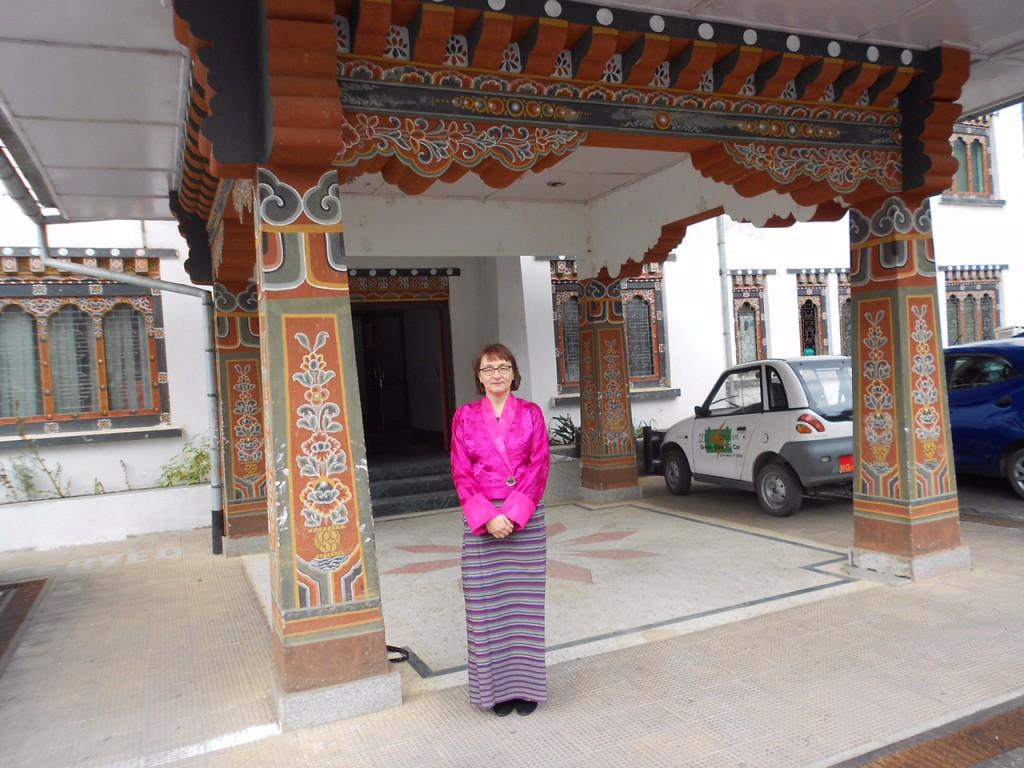 Suomalainen ekspertti aloittamassa työpäivää Bhutanin ilmatieteen laitoksella asianmukaiseen virkapukuun sonnustautuneena