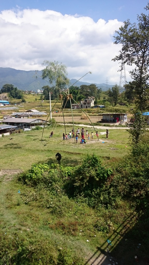 Kirjoittaja sadonkorjuutöissä Nepalin maaseudulla ja lapset Dashain keinussa toivomassa vapautta