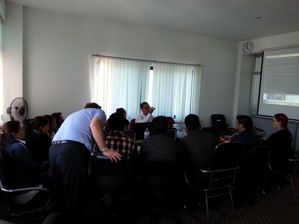 Tietokantakoulutusta DHM:n toimistolla. Kuva: Herman Böök