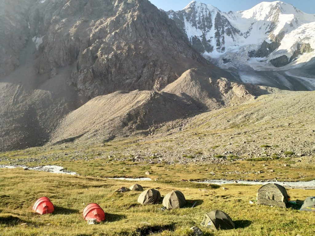 Perusleiri n. 3 500 metrin korkeudessa. Ilmatieteen laitoksen asiantuntijat majoittuivat punaisissa teltoissa. Kuva: Antti Hyvärinen