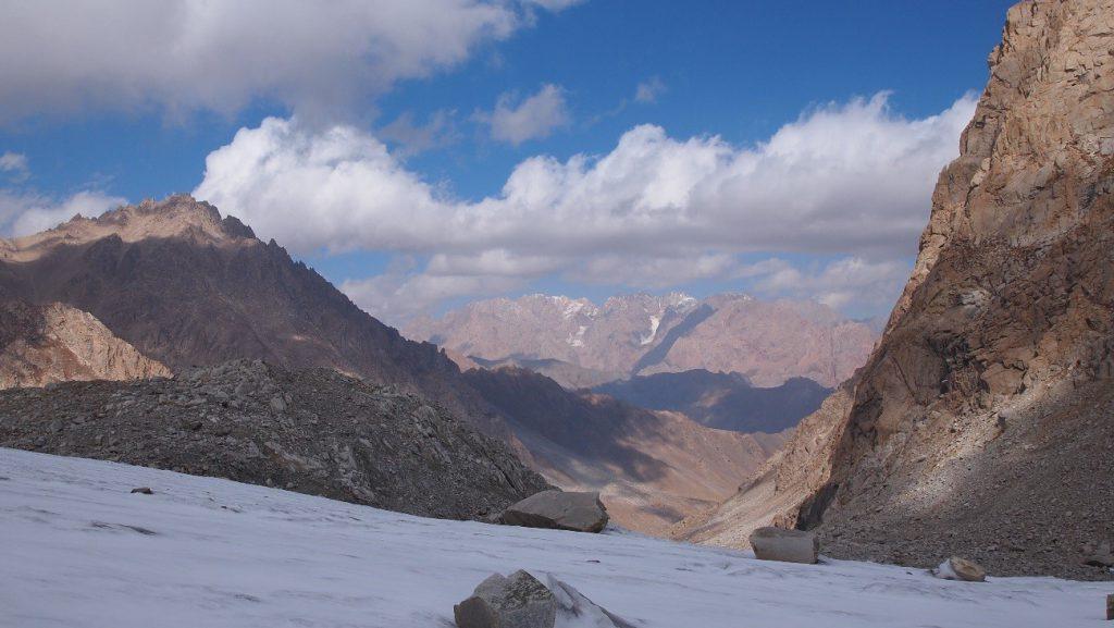 Näkymä jäätiköltä alas laaksoon. Kuva: Eija Asmi