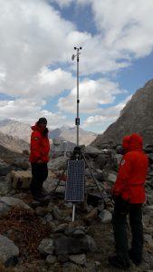 Vaisalan sääasema mittaa tuulta, auringon säteilyä, lämpötilaa, kosteutta ja lumen syvyyttä jäätikön reunalla ympäri vuoden.